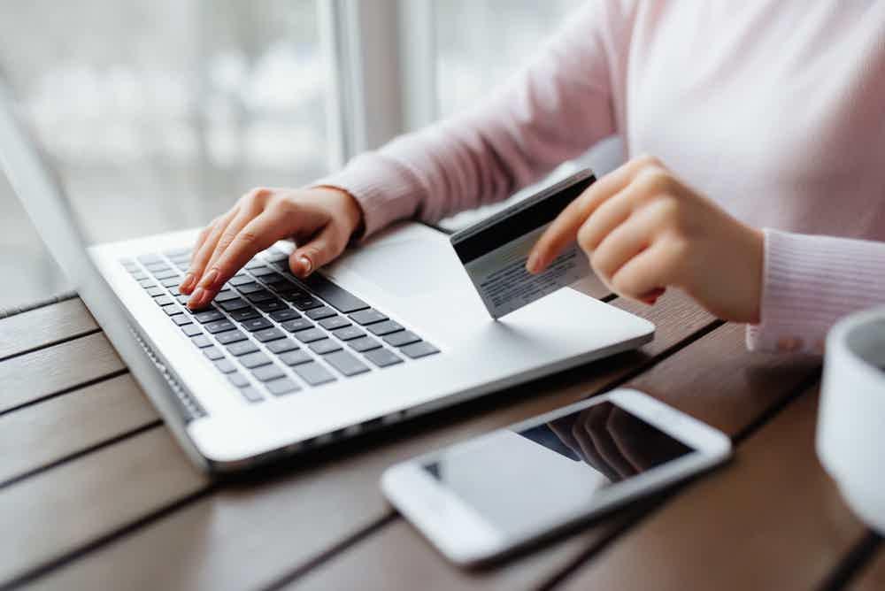 Escolhendo entre cartão de crédito e financiamento bancário