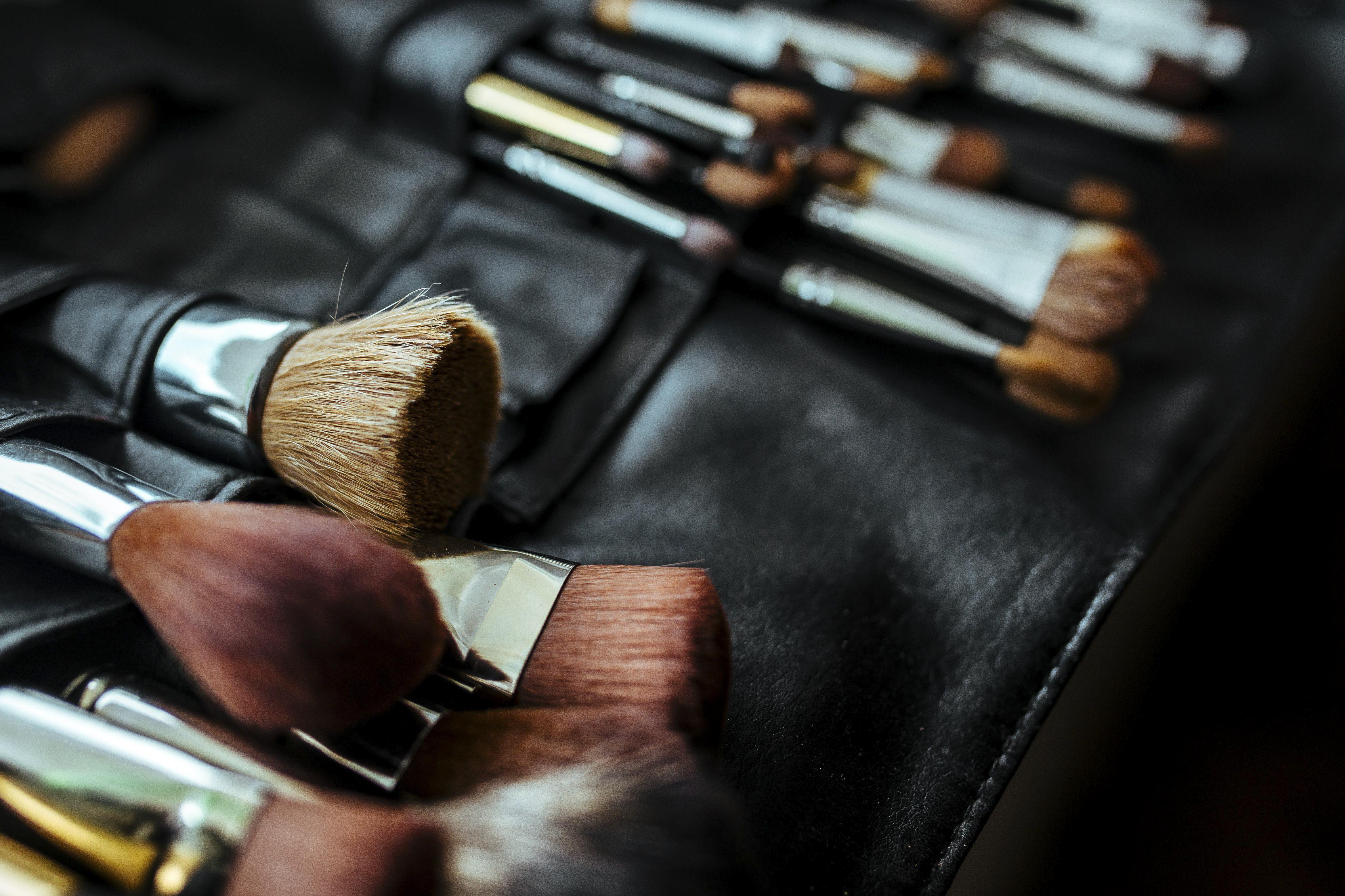 Descubra as maneiras de ganhar dinheiro com maquiagem