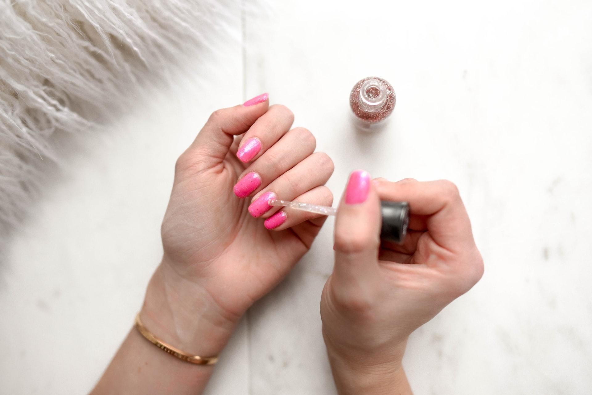 Quais são os benefícios deste curso online de manicure?
