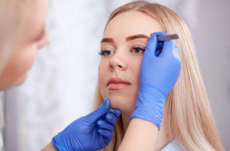 Finalizando a micropigmentação de sobrancelhas