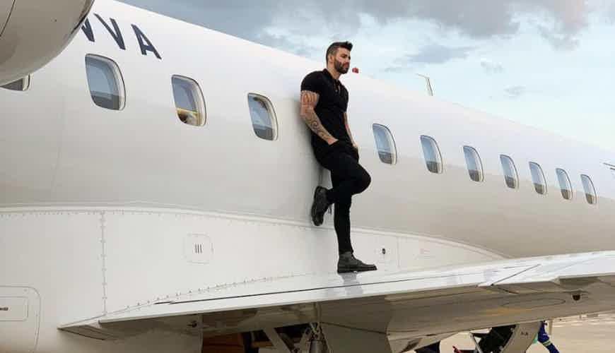 Gusttavo Lima é um dos brasileiros que têm o seu próprio avião